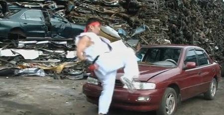 Çılgın Koreli Kung Fu'cu Elleriyle Otomobil Parçalıyor